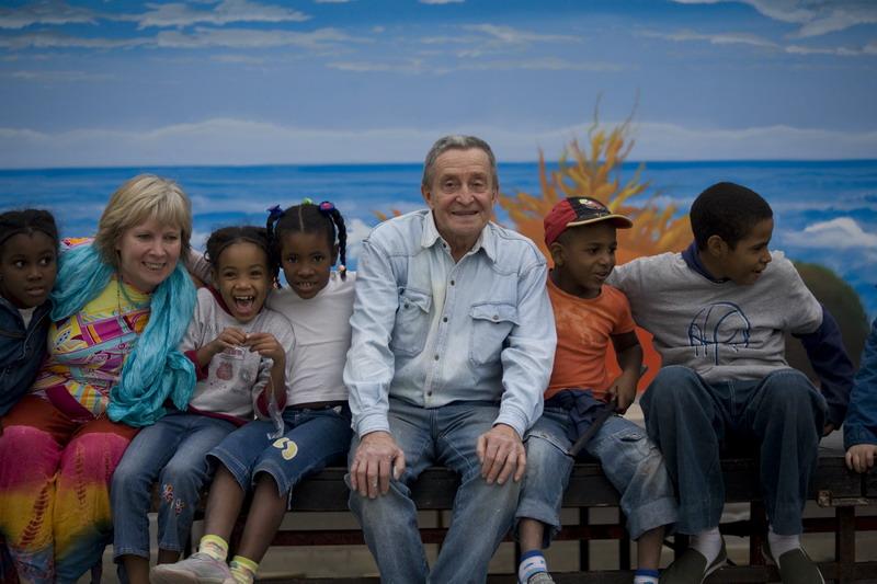 Maria Giulia Alemanno e Gino Pellegrini con i bambini cubani nella Plaza Vieja