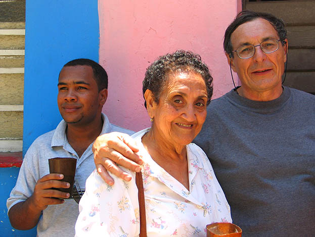 Lazara Rodriguez Aleman con il critico d'arte Massimo Olivetti ed il giornalista e creativo cubano Adonis Sanchez Cervera al Callejon de Amel nel maggio del 2006