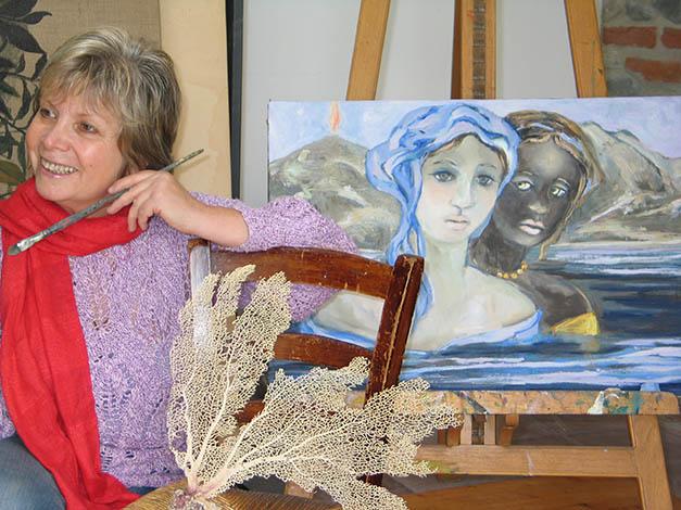 Maria Giulia Alemanno in studio davanti a una sua opera