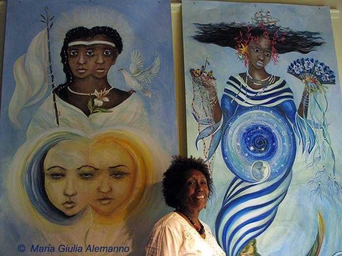 Mirta Portillo Barnet di fronte a Obatalá e Yemayá dipinti da Maria Giulia Alemanno
