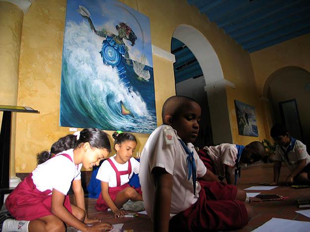 Piccola classe del Museo de la Obra Pia studiano davanti a Yema
