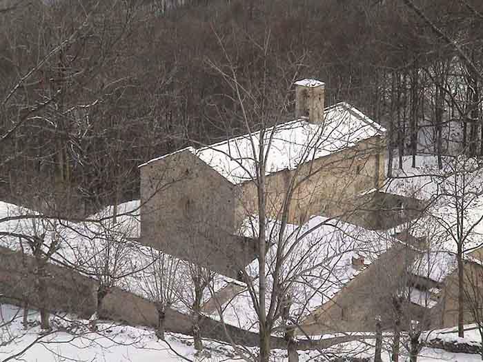 La certosa di Montebenedetto sotto la neve in una bella immagine tratta da